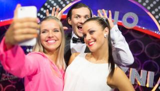 FOTO: Dejo ar zvaigzni dalībnieki pozē un joko