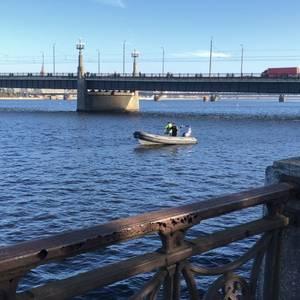 FOTO: Daugavā pie Akmens tilta nogrimst automašīna
