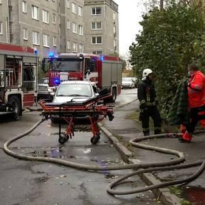 Kaimiņi: Ugunsgrēka daudzstāvu mājā Vecmīlgrāvī cēlonis varētu būt bijusi neuzmanīga rīcība ar uguni