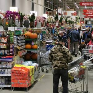 """""""Lokdauna"""" priekšvakarā iedzīvotāji steidz veikt pēdējā brīža pirkumus un saņemt pakalpojumus"""