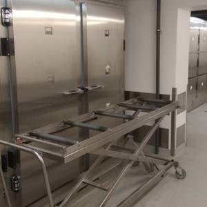 Covid-19: RAKUS morgā drīz beigsies brīvās vietas, tāpēc plānots iedarbināt mobilo morgu