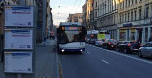 Vakcinētajiem pedagogiem, mediķiem un sociālajiem darbiniekiem kompensēs Rīgas sabiedriskā transporta izdevumus mājsēdē