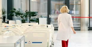 Slimnīcu kapacitāte ir izsmelta; Covid-19 gultu skaitu nepieciešams dubultot