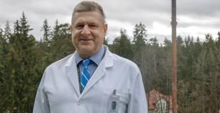 Ogres slimnīcas vadītājam nav izdevies pārliecināt savu tēvu vakcinēties; saslimusi visa ģimene