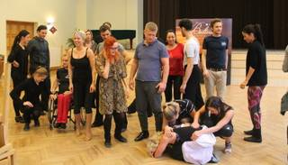 Dejo ar zvaigzni dalībnieki apgūst deju soļus