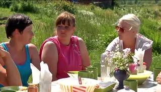 Ingūna pie pusdienu galda sola sadot starp acīm Violetai