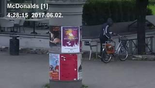 "Zaglis ķeras klāt ""Sixt"" īres velosipēdam Rīgas centrā"