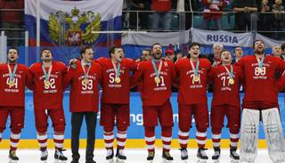Video! Olimpiskie sportisti no Krievijas pa virsu olimpiskajai himnai dzied savas valsts himnu