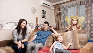 Ar košām pārvērtībām jaunas ģimenes viesistabā aizsākas IKEA raidījuma otrā sezona