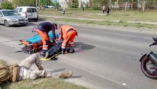 Pēc sadursmes ar motociklu sirmgalvis gūst smagas galvas traumas