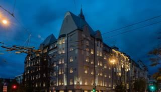 130 Ziemassvētku zvaigznes izgaismo vēsturisku ēku Rīgā