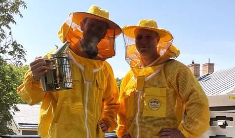 Vai zināji, ka uz Rīgas māju jumtiem spieto bites? Uzzini, kāpēc tas vajadzīgs, sarunā ar biškopi Valdi Janovu
