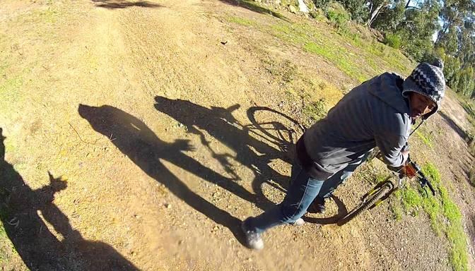 VIDEO: meža vidū apzog riteņbraucēju