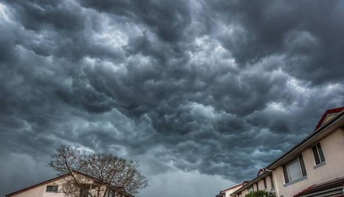 Sirreāli foto: ap Sidneju savelkas drūmi vētras mākoņi