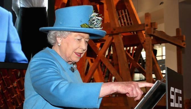 Elizabete II publicē pirmo tvītu
