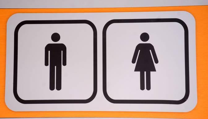 Skolnieki aizdedzina skolas tualeti