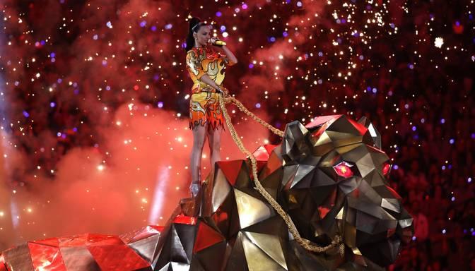 Keitija Perija vizuļo uz Super Bowl skatuves