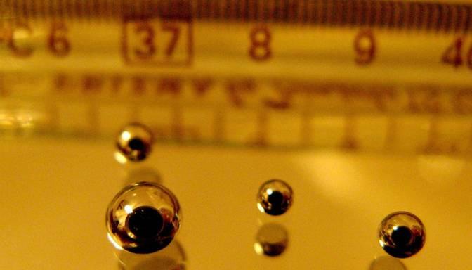 Divus gadus veca meitene nokodusi dzīvsudraba termometra galu