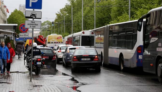 15. trolejbuss Rīgas centrā notriec sirmgalvi