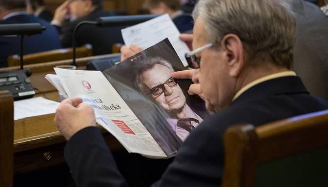 Prezidenta kandidāts Dolgopolovs pirms Saeimas sēdes lasa interviju ar prezidenta kandidātu Dolgopolovu