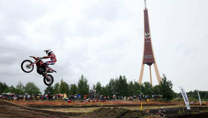 FOTO: Superkausa posms motokrosā blakus Zaķusalas TV tornim