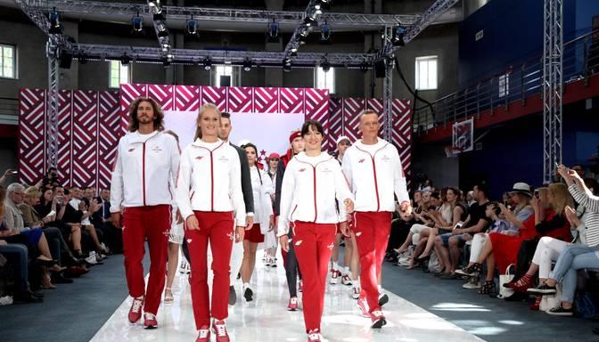 FOTO: Latvijas sportisti prezentē jauno komandas apģērbu olimpiādei