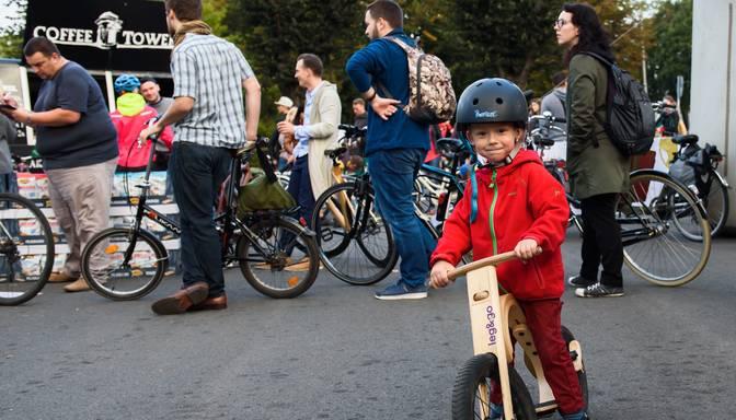 FOTO: Akcija Ar velo uz darbu pulcē teju 1000 riteņbraucēju
