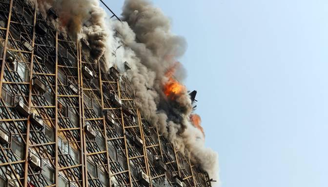 FOTO: ugunsgrēkā Teherānā sabrukusi augstceltne