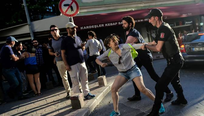 Turcijā policija izklīdina ikgadējo praida gājienu