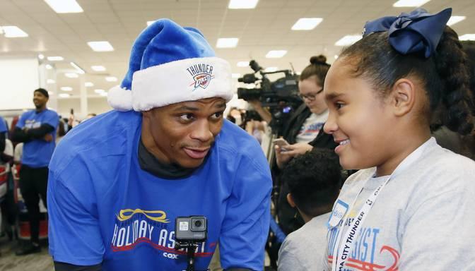 NBA zvaigzne Vestbruks līdz prieka asarām noved mazu meitenīti