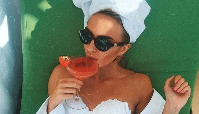 Foto: Modes blogere Agnija Grigule izmetusies apakšveļā bauda kokteilīti