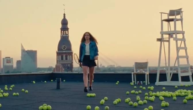 Oriģināla reklāma! Kā Latvijas tenisa zvaigzne Ostapenko iekaro Rīgas jumtus