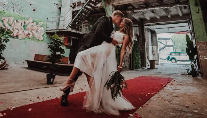 "Pasakaini foto: ""Dejo ar zvaigzni"" Martas Kalējas sapņu kāzas"
