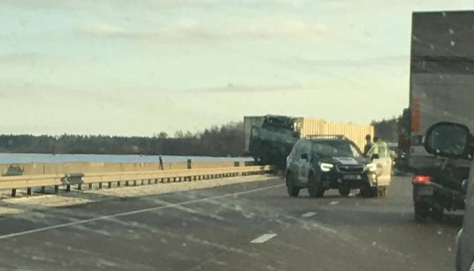 Smaga avārija pie Rīgas HES; slēgta satiksme