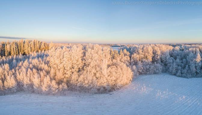 Pasakaini kadri! Skaistos Latvijas laukus pārklājusi ziema