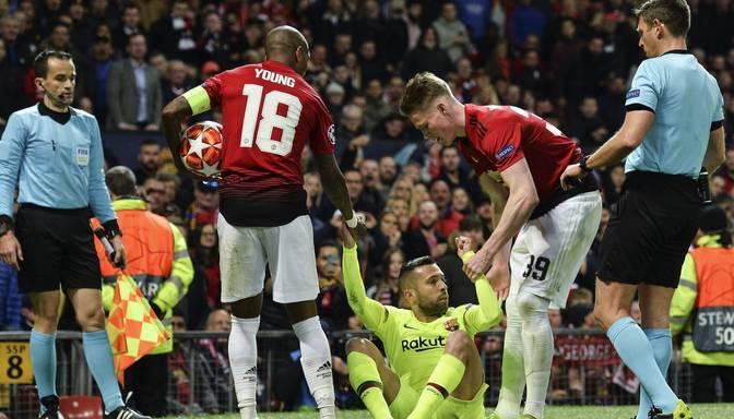 "Amizanta epizode futbolā – ""Barcelona"" bullis Alba ar galvu skrien virsū sarkanam pretiniekam"