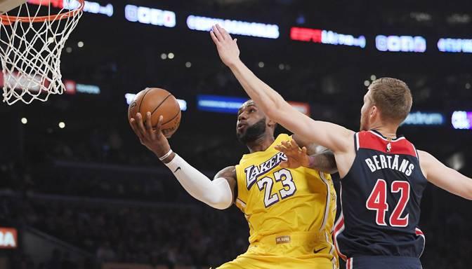 """Dāvja Bertāna """"Wizards"""" pārliecinoši zaudē Džeimsa un Deivisa """"Lakers"""""""