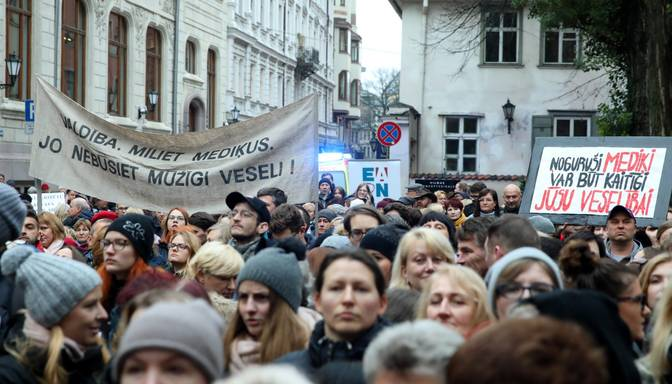 Mediķu protests: pie Saeimas gatavojas pieprasīt parlamenta atlaišanu