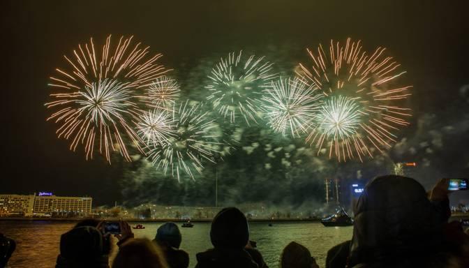 Latvijas 101. gadadienas kulminācija – krāšņa uguņošana krastmalā