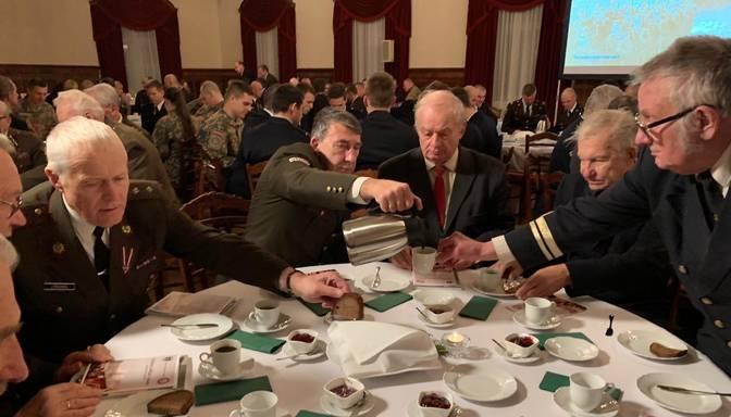 Rīgas pilī godina brīvības cīņās kritušos kadetus