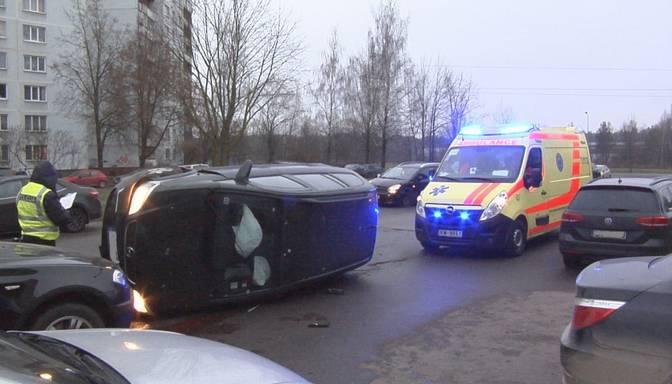 """""""Paceļu galvu – gaisā mašīna!"""" """"Opel"""" saskrienas ar auto, kas no stāvlaukuma izbrauc uz galvenā ceļa"""
