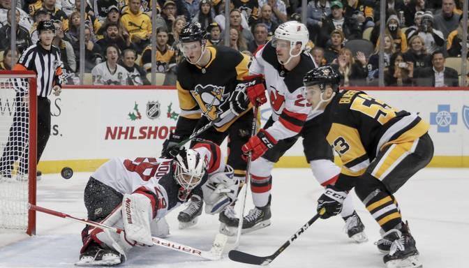 """Bļugera """"Penguins"""" ar uzvaru pār """"Devils"""" pārtrauc divu zaudējumu sēriju"""