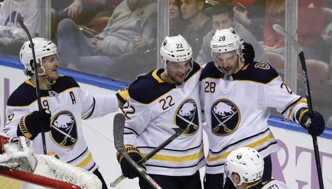 """Girgensona """"Sabres"""" atspēlē divus vārtus un pārspēj Toronto """"Maple Leafs"""""""