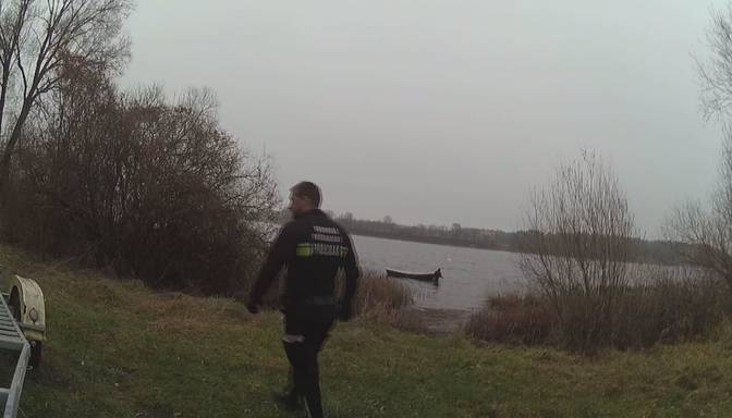 Daugavā atrod tukšu laivu – policija lūdz palīdzību noskaidrot, kas noticis ar īpašnieku