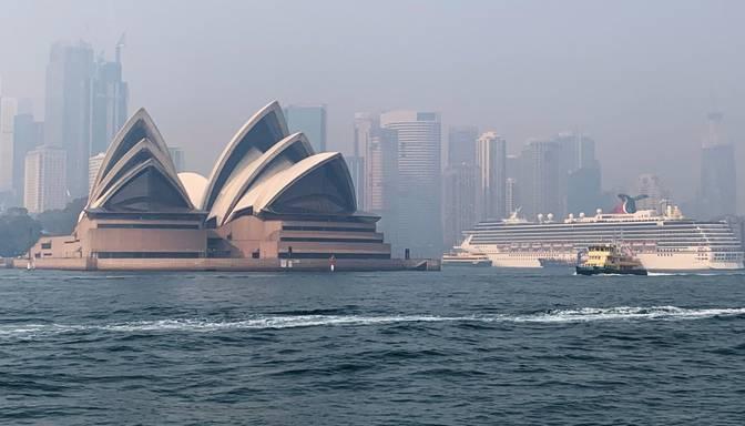 Savvaļas ugunsgrēku dūmi ietinuši Sidneju biezā smogā