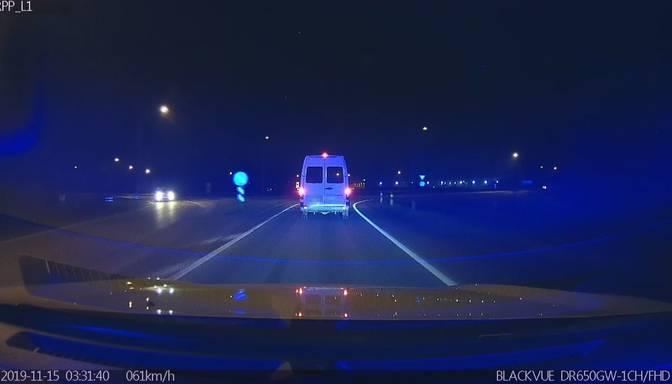 VIDEO! Busiņa šoferis vairāk nekā 2,5 promiļu reibumā nesteidzīgi mūk no policistiem
