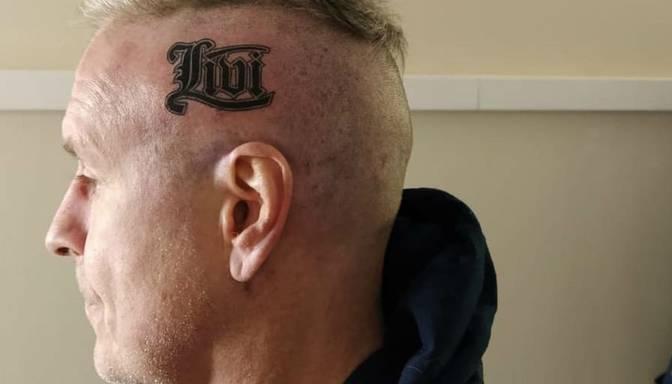 """""""Jā, tas ir īsts tetovējums."""" Virga uz galvas ietotovējis vārdu """"Līvi"""""""