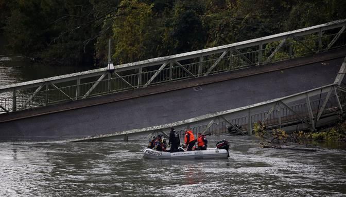 Francijā sabrucis tilts – dzīvību zaudējusi pusaudze, vairāki cilvēki ievainoti