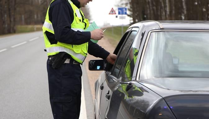 700 eiro – uz Daugavpils šosejas aizturēts dzērājšoferis piedāvā kukuli policijai