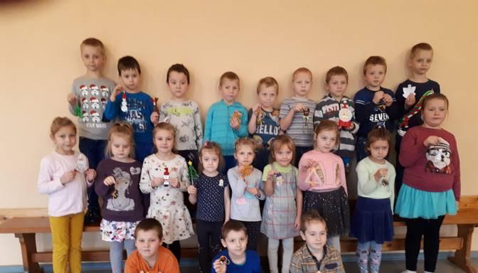 """Kalētu pagasta bērnudārza audzēkņi darina eglīšu rotājumus, lai palīdzētu """"Eņģeļi pār Latviju"""""""
